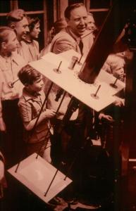 Hans Schäfer beobachtet die Sonnenfinsternis 1954 (Foto: Fine Schäfer)